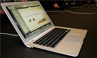 Đủ kiểu thử độ bền Macbook Air và Macbook Pro