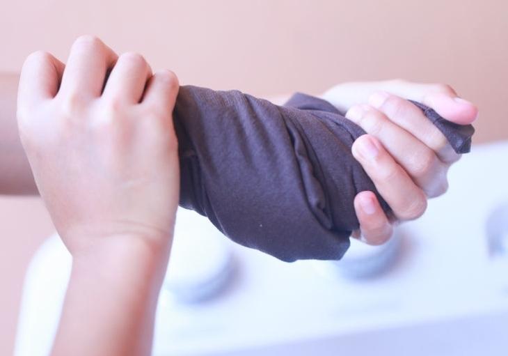 Máy giặt không thực hiện chức năng vắt khiến quần áo còn nước sau khi giặt