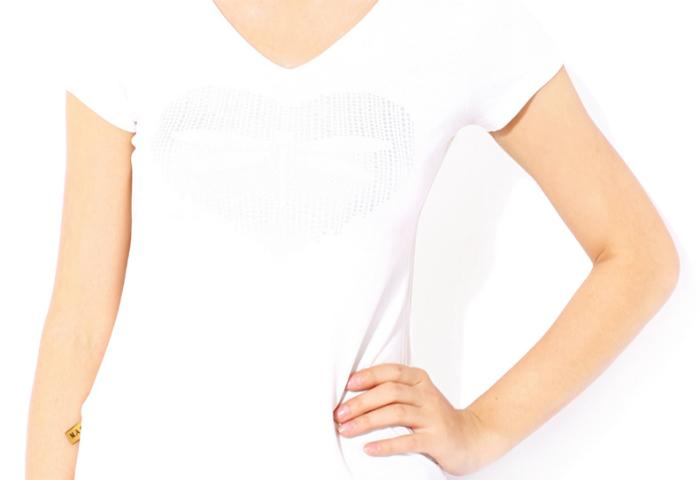 Mặc quần áo trắng hoặc nhạt màu để tránh thu hút muỗi