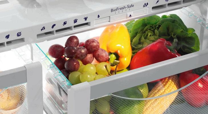 Hộc tủ có thiết kế giúp duy trì ẩm độ thích hợp cho các loại rau, củ, quả