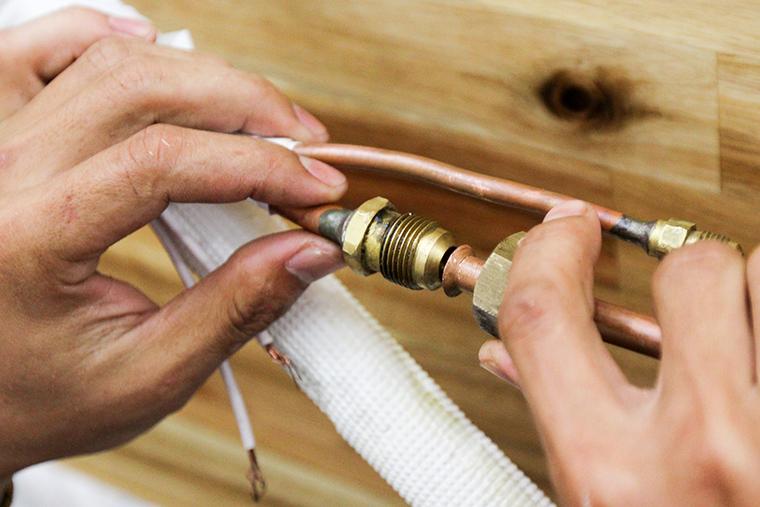Đầu nối dây từ dàn lạnh với dây đồng ở phía ngoài