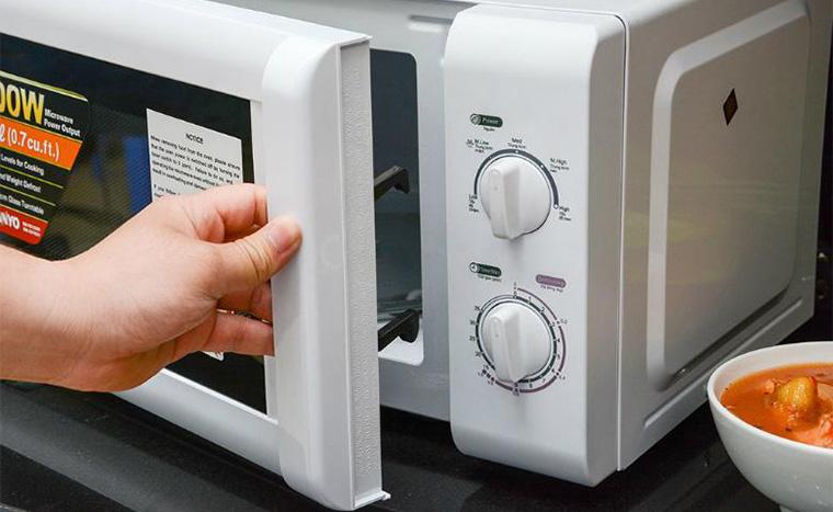 Bạn nên kiểm tra cửa lò có bị hở hay không trước khi vận hành thiết bị