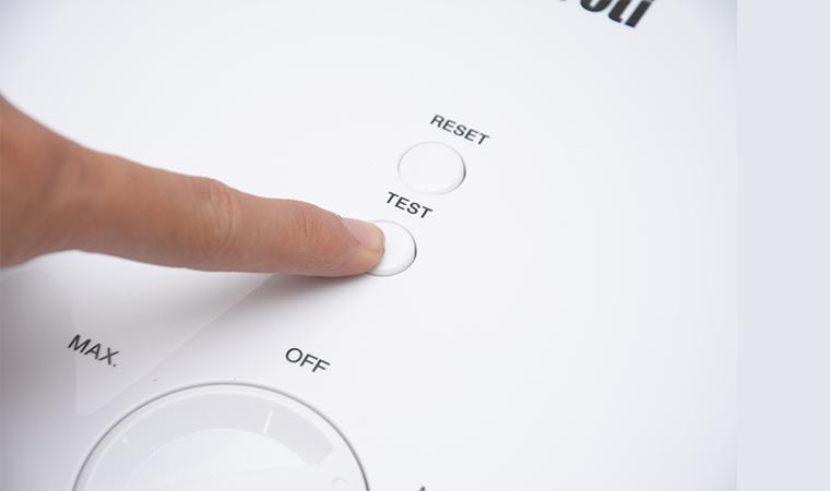 Ấn nút test để kiểm tra chống giật