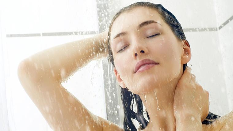tắm nước nóng đúng cách sẽ giúp vòng một thêm đẹp