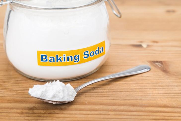 cho một hộp muối nở (baking soda) mở nắp vào tủ để hạn chế mùi hôi