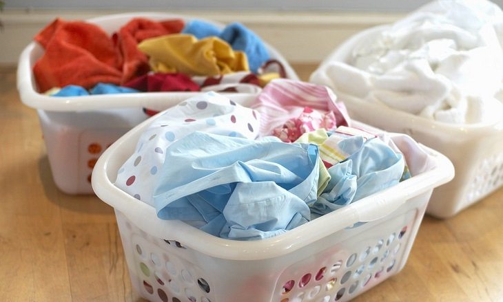 Trước mỗi lần giặt, bạn hãy chia áo quần theo độ đậm nhạt của màu sắc
