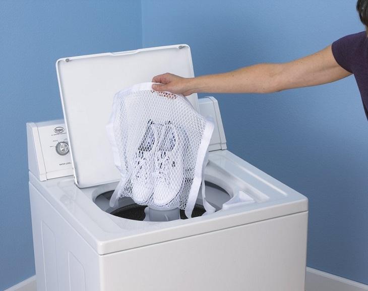 Chọn nhiệt độ nước dưới 30 độ để hạn chế sự phai màu của đôi giày