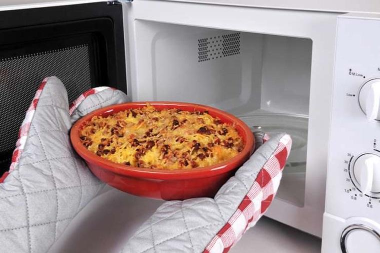 Nhắc trẻ nhớ dùng tay cầm cách nhiệt để lấy các món ăn khỏi lò vi sóng