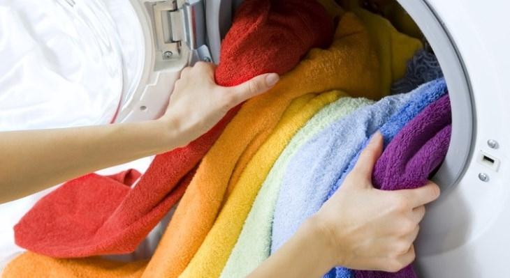 Lấy quần áo ra ngay khi giặt xong
