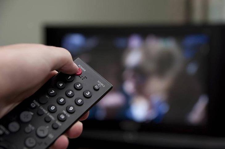 Tắt tivi bằng remote trước khi rút dây điện