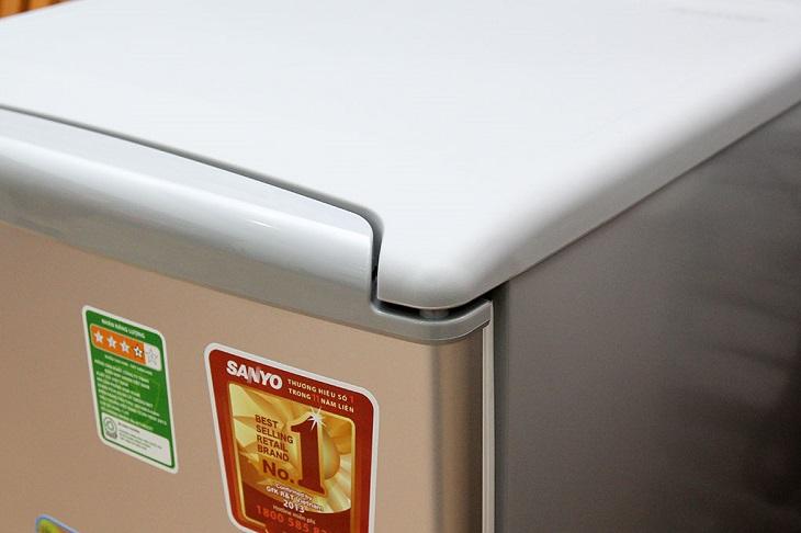 Kiểm tra vỏ ngoài tủ lạnh mini cũ
