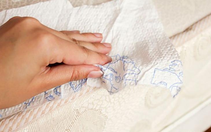Dùng khăn giấy để thấm dầu càng nhanh càng tốt sẽ giúp loại bỏ vết bẩn trên nệm