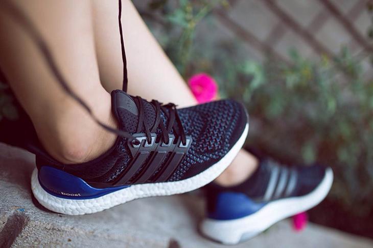 Không sấy khô giày thể thao bằng máy sấy