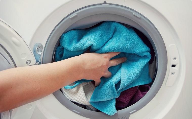 Cho quá nhiều quần áo vào máy giặt làm quá tải