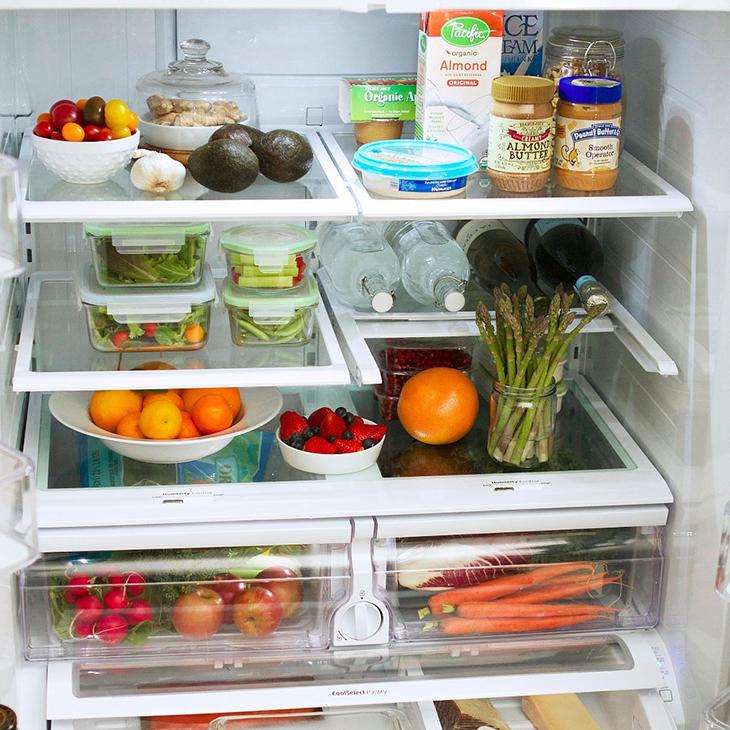 Thực phẩm nếu bảo quan trong tủ lạnh nên được đựng trong hộp, đậy nắp kín