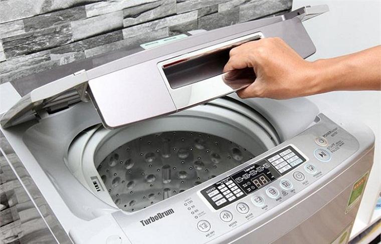 Đột ngột mở nắp khi máy giặt đang vận hành