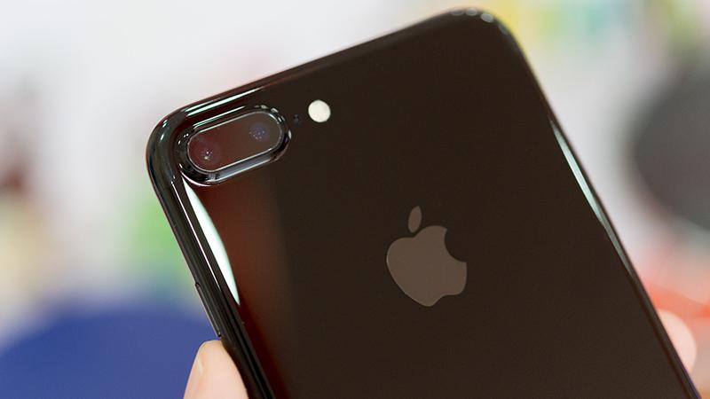 Bắt người dùng chờ iPhone X, bán iPhone 8 ra trước: Sai lầm của Apple? - 205843