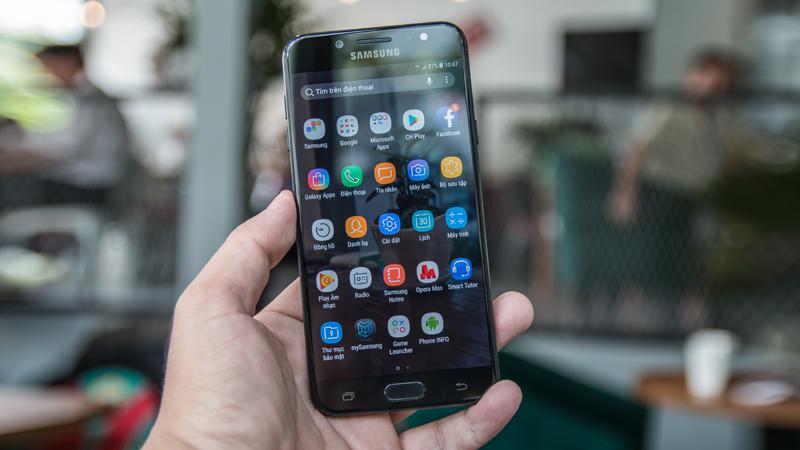 Trên tay Galaxy J7 Plus