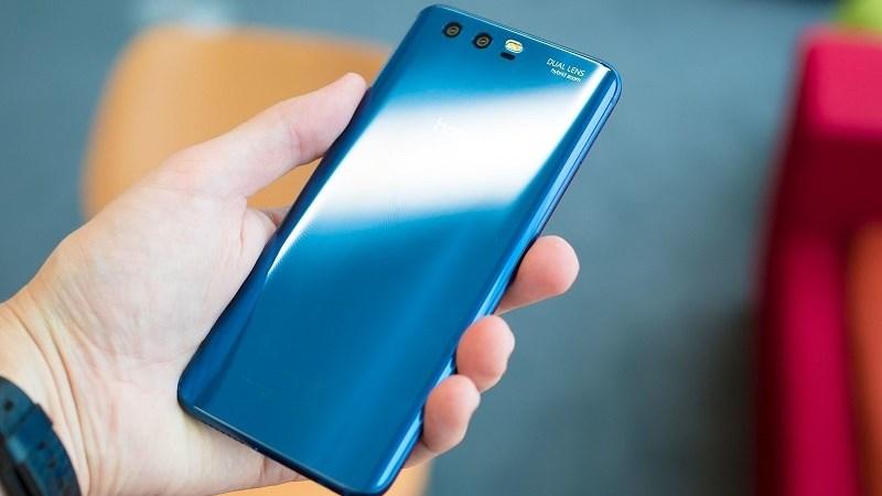 Mặt lưng bo cong khá giống Galaxy Note 5