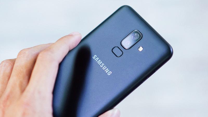 Cảm biến vân tay trên điện thoại Samsung Galaxy J8
