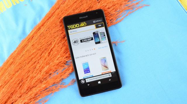 Chiều dài 140.2mm, bề rộng 72.4 mm mang lại cho chiếc điện thoại sự gọn gàng, vừa vặn với tay bạn