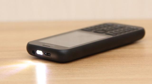 Ở cạnh trên của máy sẽ có đèn pin, jack sạc microUSB và jack tai nghe chuẩn 3.5 mm