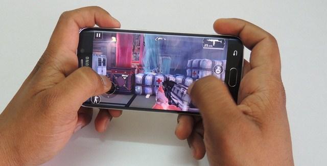 Màn hình kích thước 5.1 inch, sử dụng công nghệ Super AMOLED cùng chip đồ họa Mali-T760 để có thể gánh video định dạng 2K