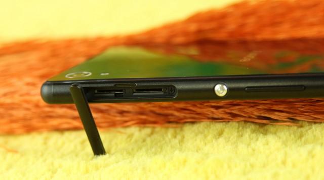 Khe cắm thẻ SIM và thẻ nhớ micro SD