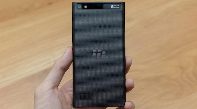 Mặt sau của Leap có những ô vuông nhỏ, rất giống với chiếc BlackBerry Z3 trước đây. Thân máy liền khối, không thể tháo nắp lưng.