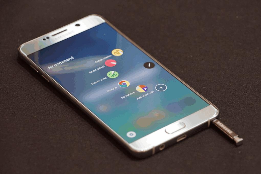 Giao diện TouchWiz quen thuộc được thêm nhiều chi tiết mới lạ