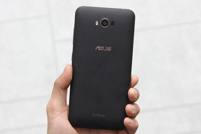 Mặt nhựa giả da tương tự như Galaxy Note 4 của Samsung