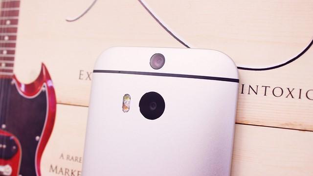 M8 Eye hỗ trợ hai camera sau, cho phép bạn chụp ảnh trước và có thể lấy nét sau khi chạm lên điểm cần lấy nét, tuy nhiên rất nhiều hãng khác không cần hỗ trợ camera thứ 2 vẫn có thể sử dụng tính năng này rất hiệu quả
