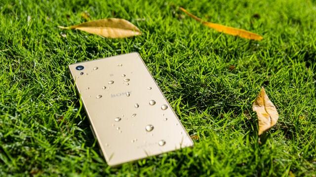Nhờ công nghệ đạt chuẩn IP68 nên có thể bảo vệ máy tốt khi bạn vô tình làm đổ nước hay nước mưa rơi trúng, tuy nhiên bạn hạn chế việc ngâm máy trong nước hay hồ bơi