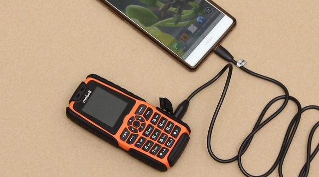 Dễ dàng để biến chiếc điện thoại Mobell Rock thành pin sạc dự phòng đầy tiện ích chỉ trong tích tắc
