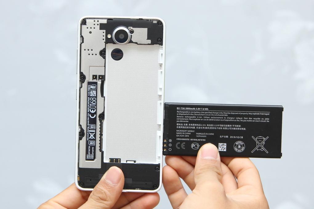Nắp lưng hoàn toàn có thể tháo rời để thay pin và gắn sim, thẻ nhớ