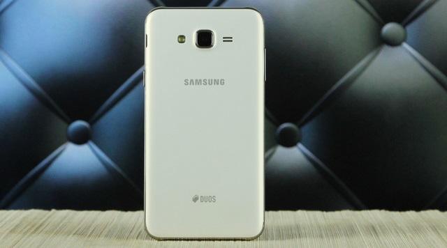 Mặt lưng của máy có camera sau và logo Samsung