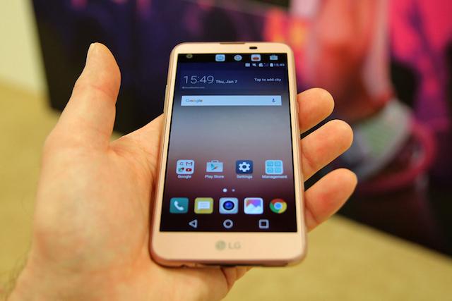 Màn hình chính 5.0 inch nên nhỏ gọn, ngón tay có thể dễ dàng với tới màn hình phụ