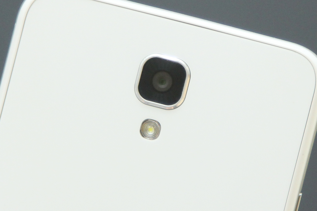 Camera được làm hơi lồi và có thêm một vòng bảo vệ bên ngoài