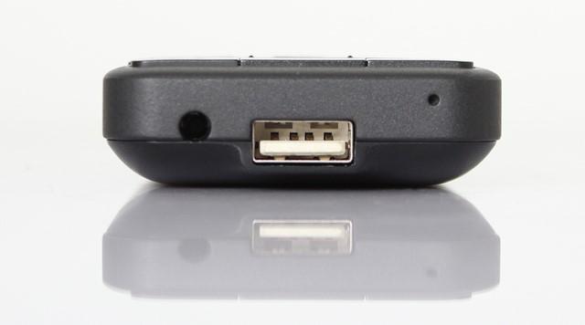 Cạnh dưới có cổng USB cho kết nối với thiết bị khác