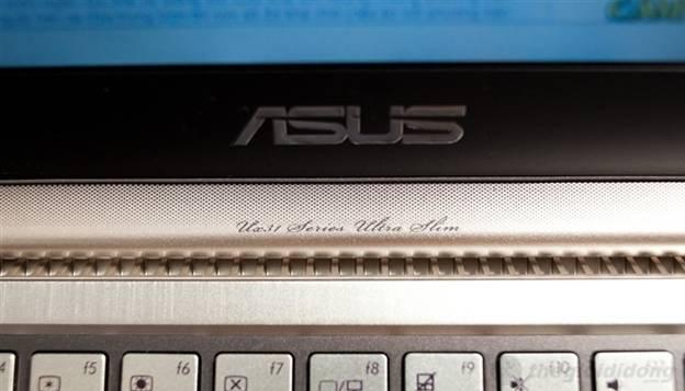 """Loa ngoài nằm bên dưới màn hình với dòng chữ """"Ux31  Series Ultra Slim"""""""