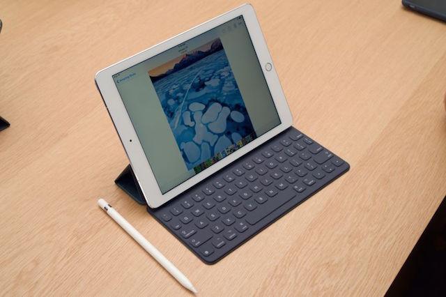 iPad Pro 9.7 inch vẫn có các món phụ kiện đi kèm tiện ích cho người dùng như Apple Pencil