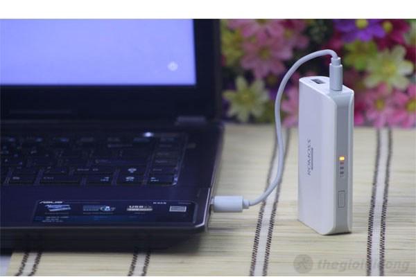 Pin sạc dự phòng Romoss 5200mAh kết nối với laptop