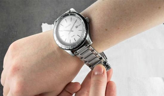 bạn ướm thử đồng hồ vào tay