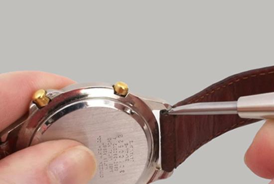 Tháo dây đeo ra khỏi mặt số đồng hồ nếu được
