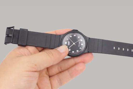 Sau khi đã vệ sinh xong phân dây đeo và mặt số của đồng hồ, bạn hãy lắp dây đeo vào mặt số. Sau khi lắp xong hãy kiểm tra lại đã chắc chắn chưa.